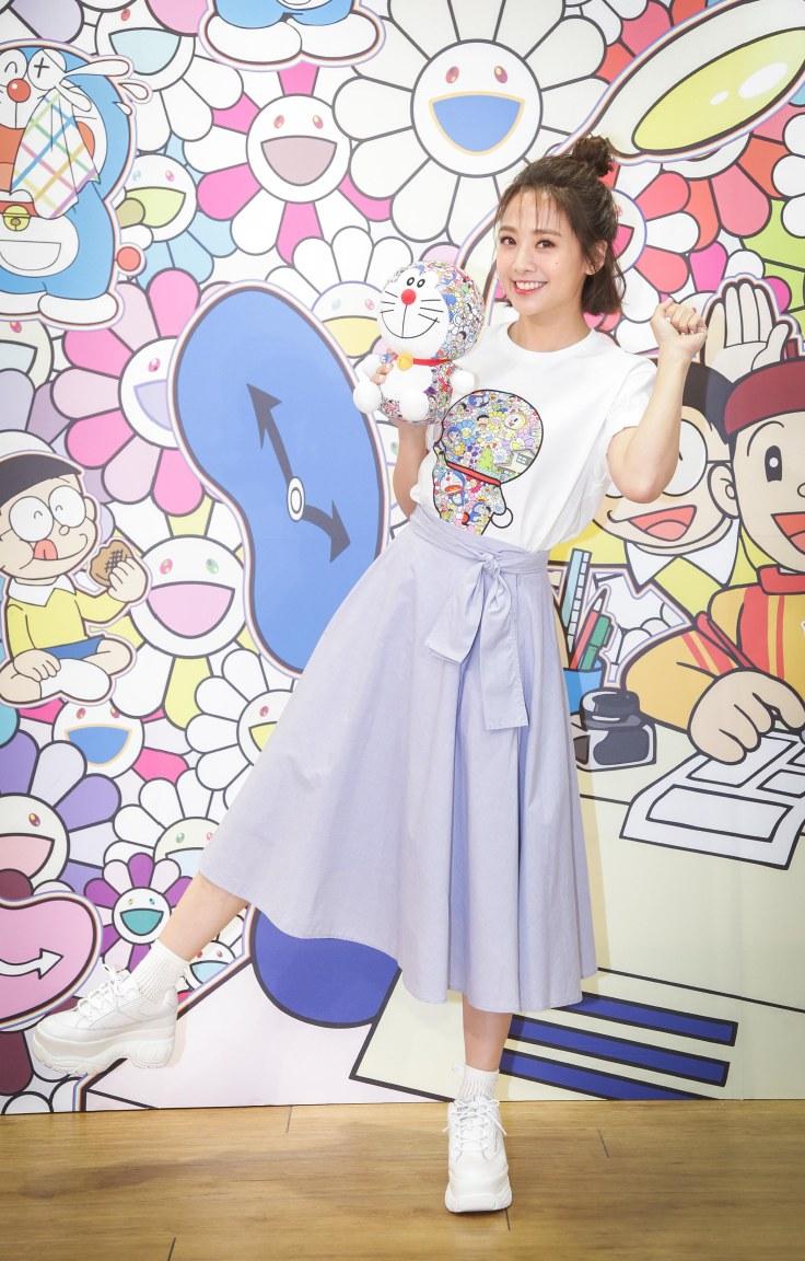 鬼鬼最愛UT百搭_高腰交片裙與厚底白球鞋展現輕熟女風格.jpg