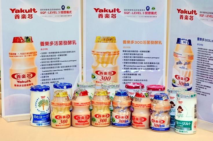 養樂多獲國家健康食品認證,其中養樂多300LIGHT(前排右2)是全台唯一獲得衛生福利部「國家健康食品三認證」的發酵乳.JPG