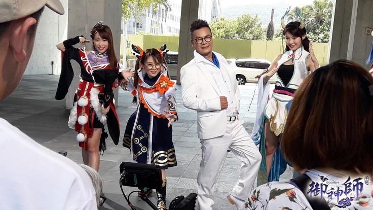 圖2-綜藝鬼才「沈玉琳」接下手遊代言 穿上全套白西裝自封為「威廉神」