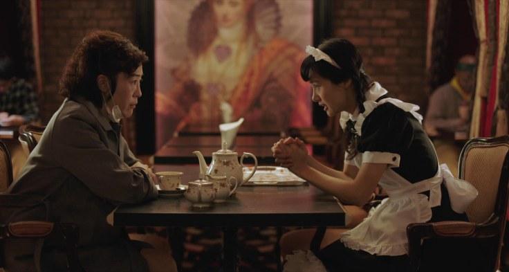 【喔!露西】劇照-今年以【死侍2】進軍好萊塢的日本女星忽那汐里(右)也加盟演出,在片中穿起女僕裝,在女僕咖啡廳打工
