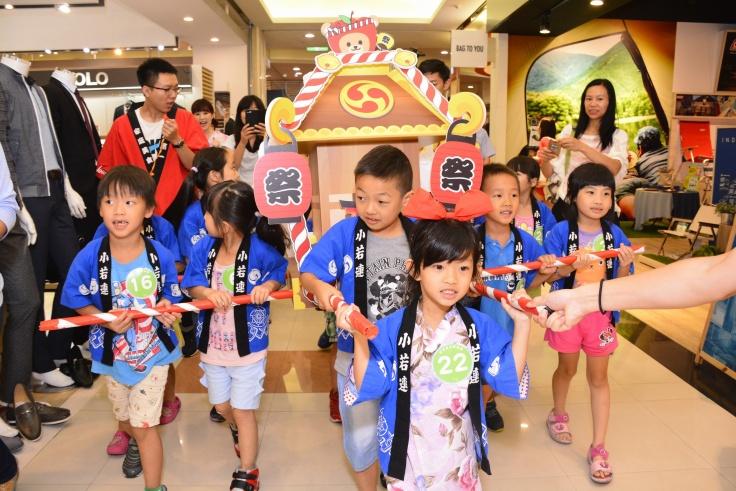兒童神轎踩街讓小朋友體驗日本神轎文化