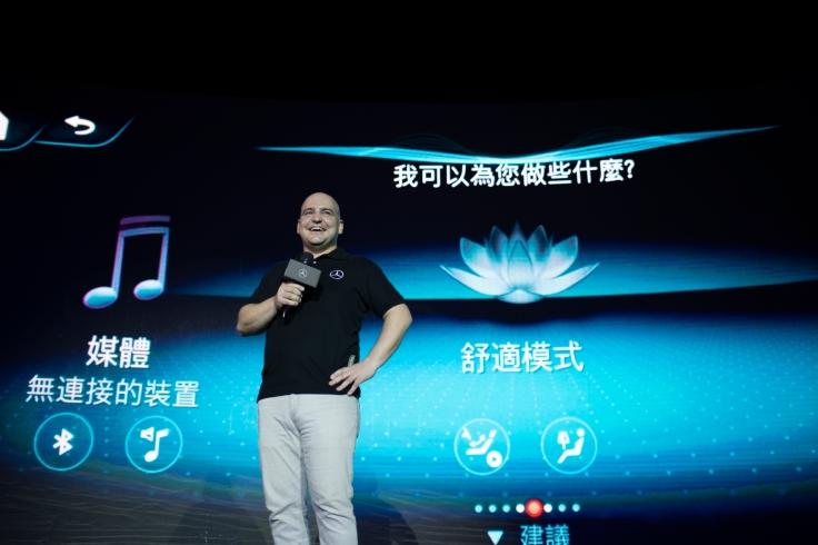 台灣賓士轎車行銷業務處副總裁何睿思(Markus Henne)在介紹之中大秀MBUX智能聲控的驚人功能