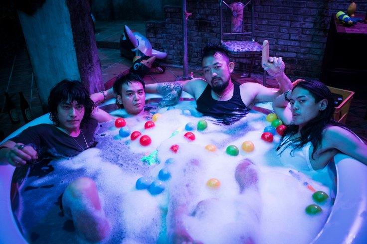 星泰娛樂提供02獨裁者樂團五個男生玩水槍、互潑、泡幼兒水池