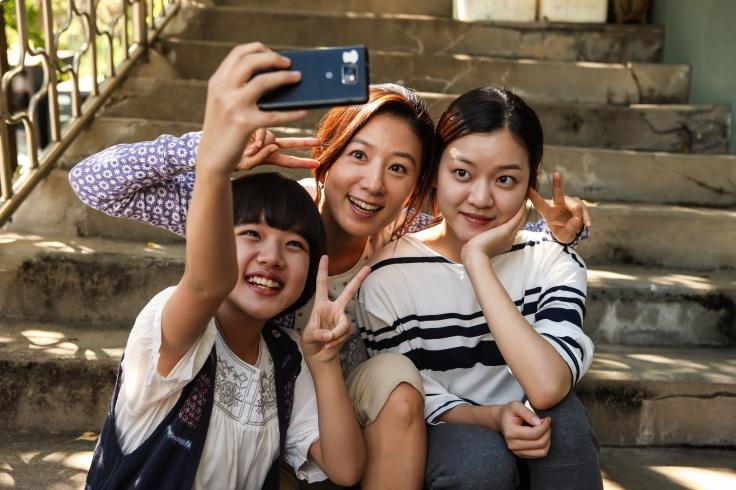 華聯國際提供01_《優雅的謊言》號召超強演技派陣容,韓國收視天后搭檔三位童星出身新世代女星。(演員左起金香起、金喜愛、高雅星).jpg