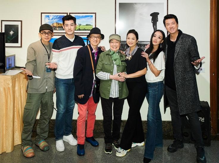 (左起)策展人黃華安、施易男、鄧志鴻、金鐘特別貢獻獎龐宜安、楊貴媚、高慧君、吳皓昇合照