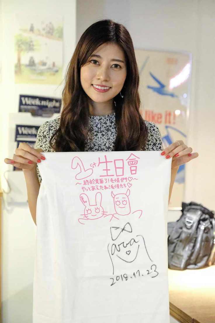 阿部瑪利亞親自設計可愛T-Shirt並簽名送給來參加生日會的粉絲
