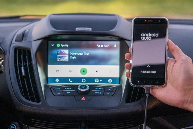 【圖五】2019年式New Ford Kuga,配備先進 SYNC® 3娛樂通訊整合系統,支援Apple CarPlayTM與Android Auto ,與系統連結後即可以聲控或指觸操作電話、音