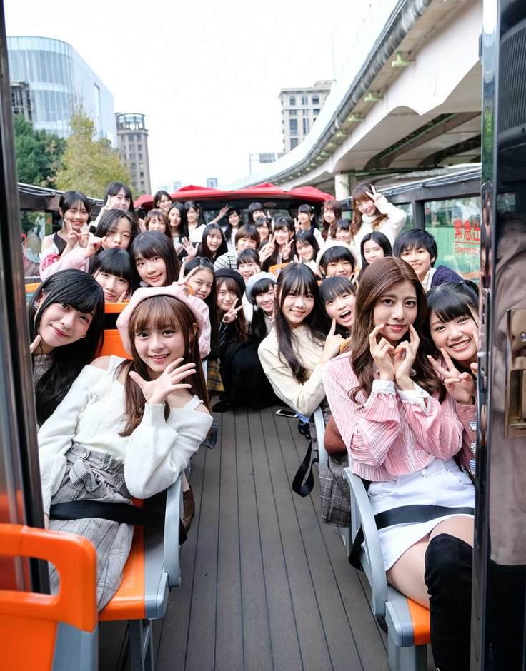 全體成員在巴士上熱鬧合照前往握手會現場