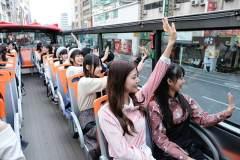 成員搭乘觀光巴士到握手會場地在車上與粉絲