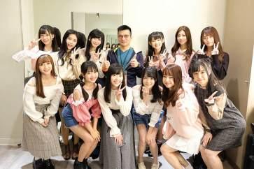 首張單曲發片的12位成員在後台與子鴻老師合照