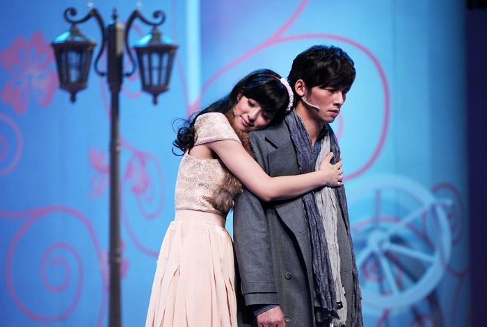 溫昇豪在《瘋狂偶像劇》飾演一位偶像劇製作人劉志豪,要讓賴雅妍飾演的安琪擺脫女二命運。(照片由全民大劇團提供)