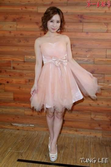 穿著粉色小洋裝性感登場,讓小島南心情相當興奮,看到幾乎滿場的粉絲令她又驚又喜。