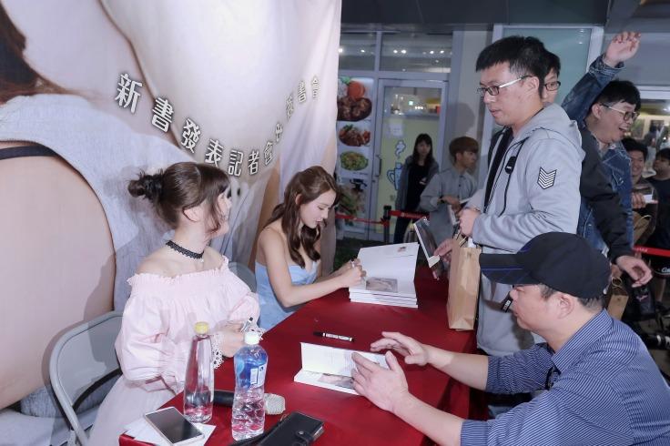 林莎(右)與莉奈開心(左)為粉絲們簽書