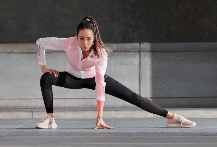 2.adidas最新形象影片中張鈞甯透過混搭不同adidas單品,打造出各異其趣的風格造型。