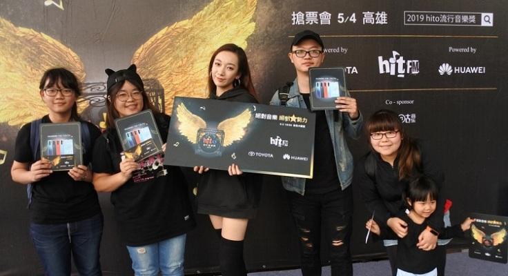 Julia吳卓源與獲得頒獎典禮門票的粉絲合照