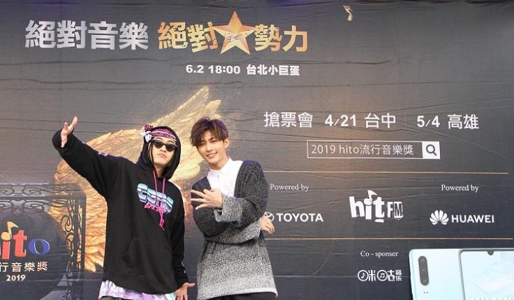 入圍最受歡迎新人的BCW與入圍最受歡迎男歌手的炎亞綸(右)一同出席台北拉票會造勢活動