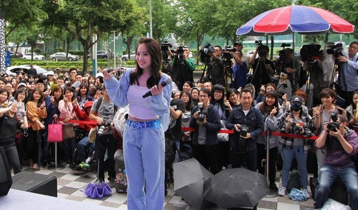 Kimberley陳芳語與台下歌迷一同合照
