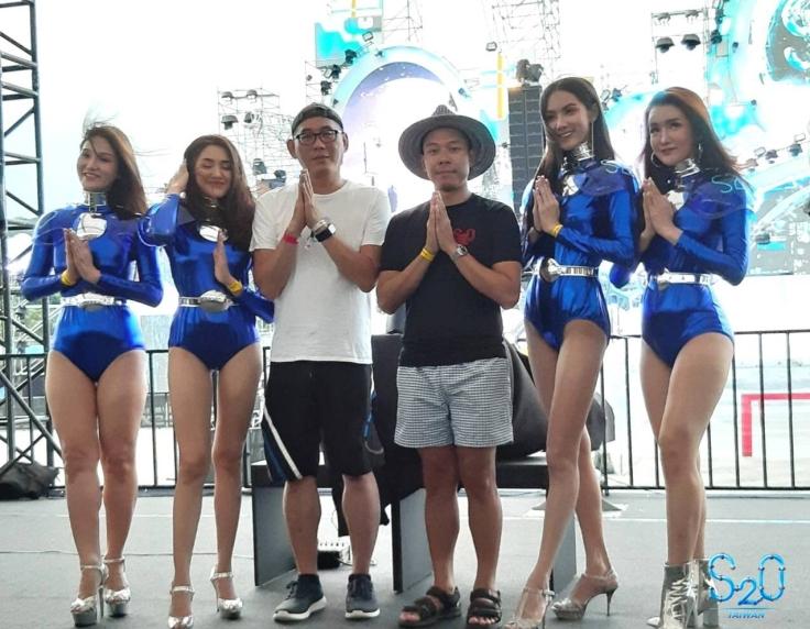 S2O泰國創辦人Mr. Pulin(右三)、主辦單位斯邦奈執行長致詞Mr. Brian Tsai(左三)與知名的泰國Lady Boy合照