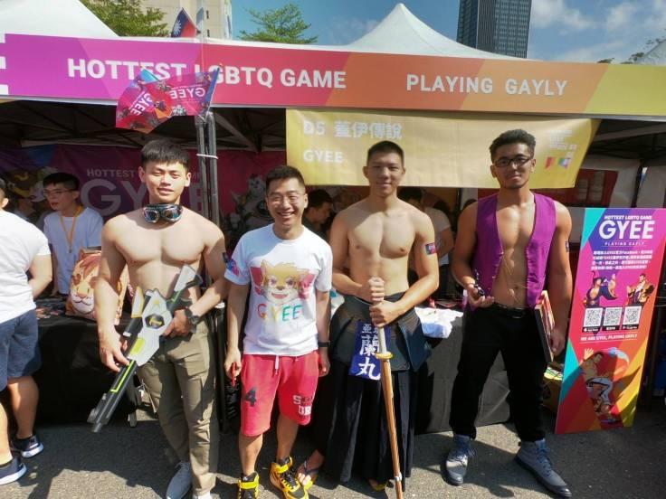《GYEE》傳說製作人Mike(左二)與角色coser現身台北同志大遊行現場