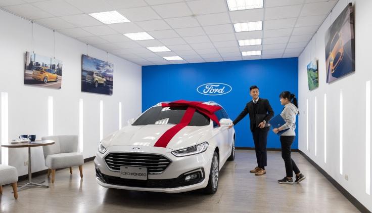 Ford上立汽車嶄新格局與專屬的交車空間在Ford形象識別設計下,帶來俐落且明亮的視覺效果,室內採舒適居家休閒風格
