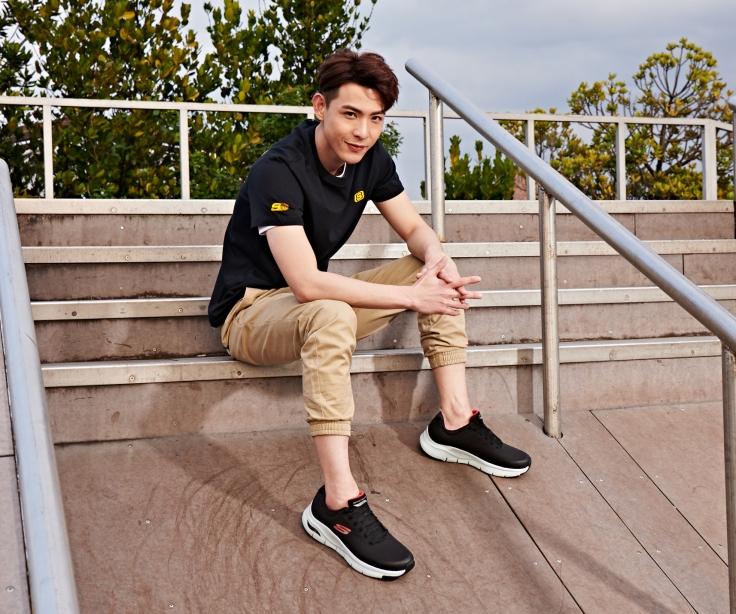 SKECHERS 2020 最新代言人連晨翔著用ARCH FIT鞋款,提供足弓完美支撐,分散壓力讓你舒適一整天。