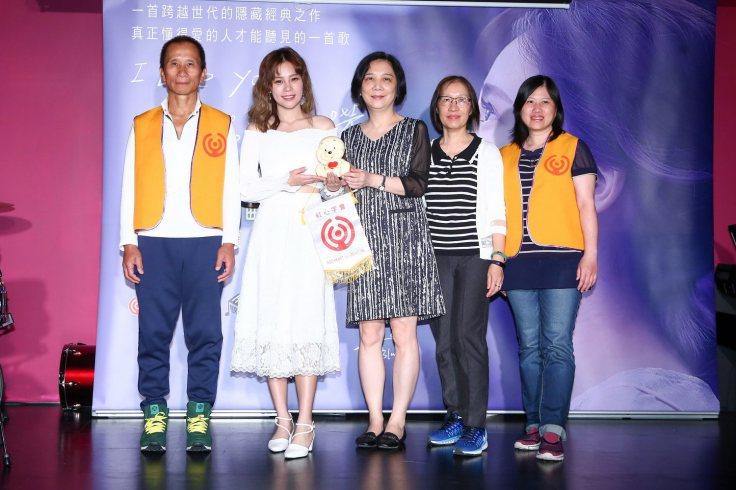 由左至右-曼青爸爸+陳曼青+紅心字會秘書長李顯文+2位長者