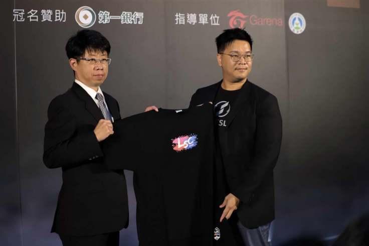 02-TESL白瑞元執行長(右)將LSC紀念T-shirt贈與給本次的冠名贊助商第一銀行,由劉培文副總經理(左)代表受贈