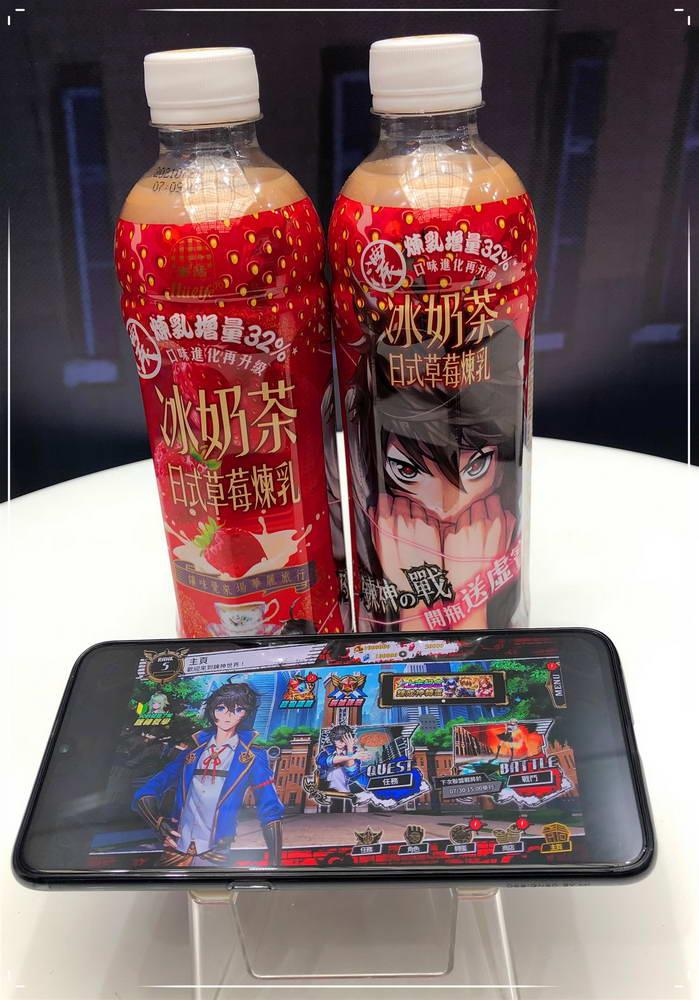 《鍊神之戰》與生活飲料合作,購買「生活冰奶茶-日式草莓煉乳」開瓶即可獲得鍊神之戰限量虛寶。