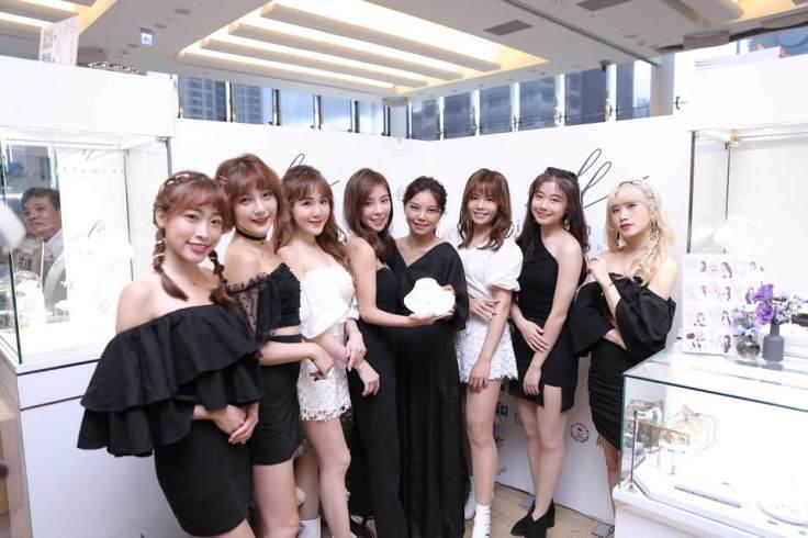 由左至右:心璇,紅豆,艾芮兒,MV女主角蘿菈,Illumine品牌創辦人MIMOLU,Nia,牛牛,筠婷